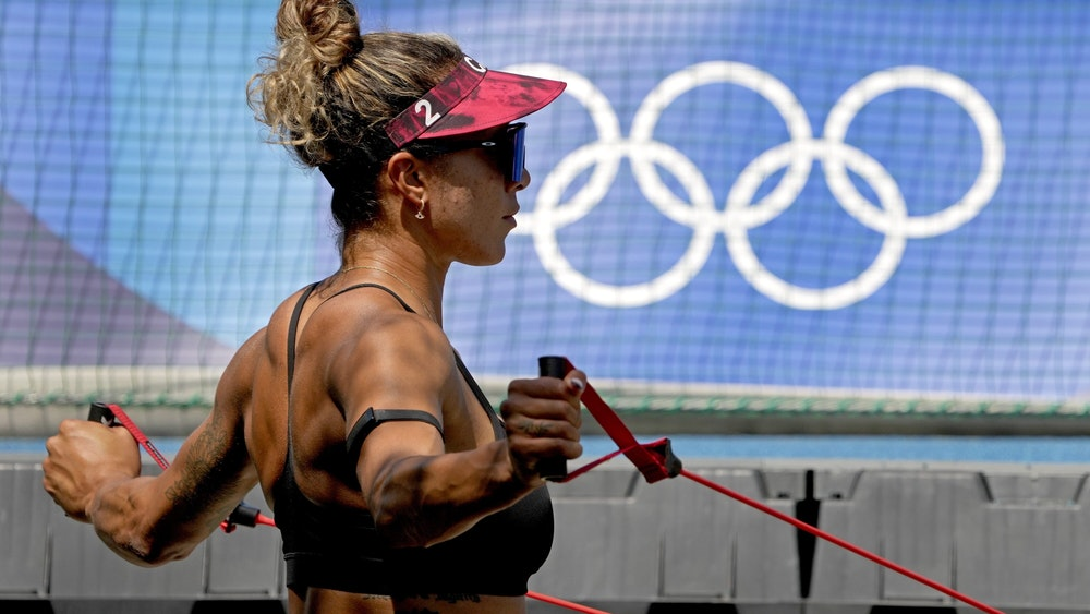 19.07.2021, Japan, Tokio: Brandie Wilkerson aus Kanada dehnt sich vor dem Training der Beachvolleyballerinnen bei den Olympischen Sommerspielen 2020. Foto: Charlie Riedel/AP/dpa +++ dpa-Bildfunk +++