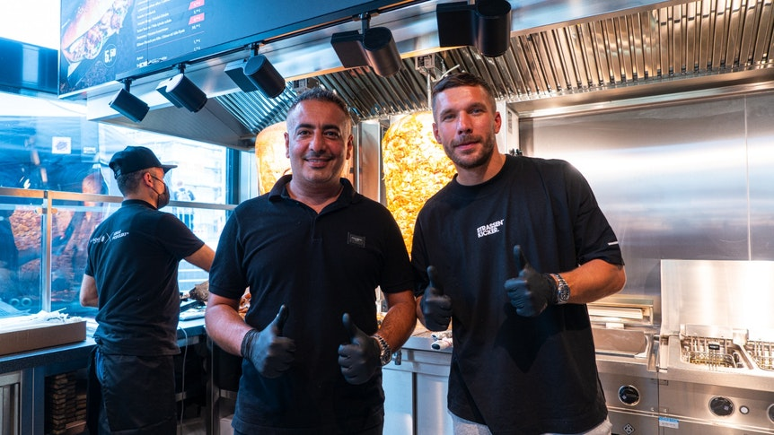 Lukas Podolski und sein Geschäftspartner Metin Dag in der Mangal-Filiale in Bergheim.