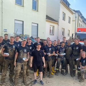 Feuerwehrleute in Ahrweiler mit den gespendeten Dönern.