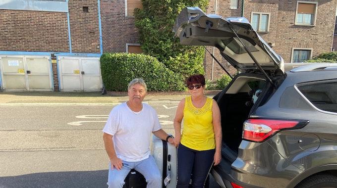 Detlev Knoblauch und seine Frau Käthe mit gepackten Koffern vor dem Auto.