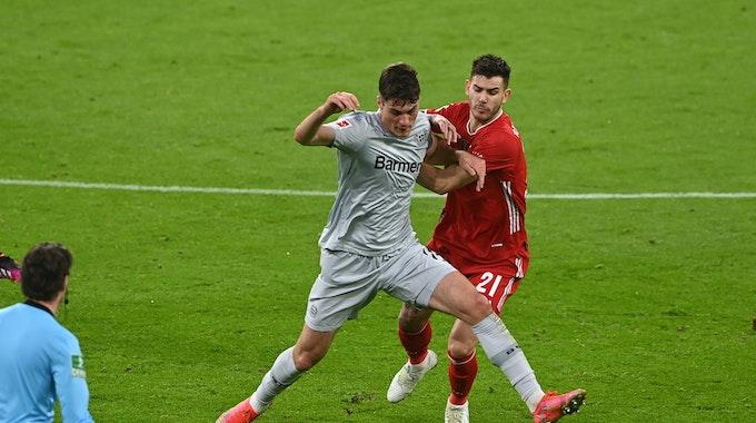 Lucas Hernandez kämpft mit Leverkusens Patrick Schick um den Ball