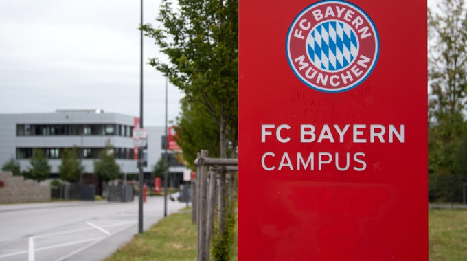 """Ein Schild mit der Aufschrift """"FC Bayern Campus"""" ist vor dem Nachwuchsleistungszentrum der Münchener zu sehen."""