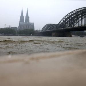 Der Rhein schwappt ans Ufer.