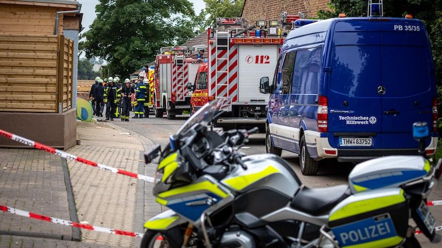 Feuerwehr und Polizei am 16. Juli 2021 im Ortsteil Blessem. Wurden die Anwohner nicht rechtzeitig vor den Fluten gewarnt?