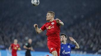 Marcel Halstenberg (l.) klärt einen Ball vor seinem Gegenspieler.