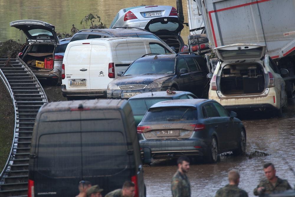 Auf der B265 bei Erftstadt Liblar stehen Autowracks, die gestern noch unter Wasser waren.