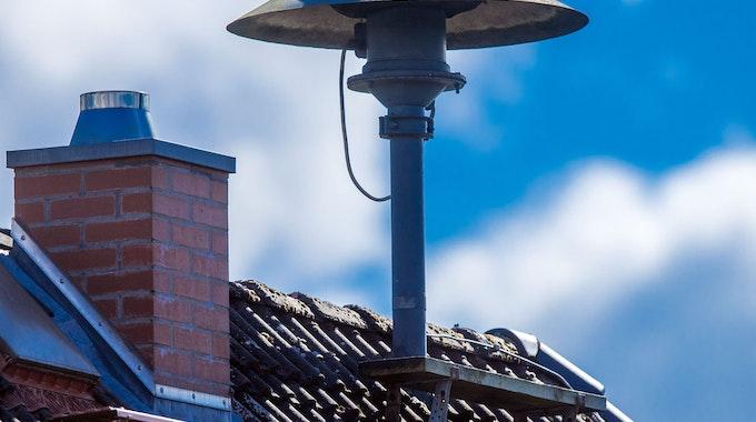 Eine Alarmsirene steht auf einem Hausdach in Lassahn in Mecklenburg-Vorpommern.