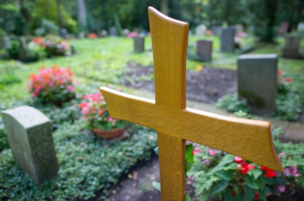 Ein Holzkreuz ist in Stuttgart auf dem Waldfriedhof neben anderen Gräbern zu sehen. Das Symbolfoto entstand 2010.