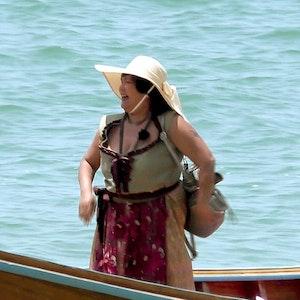 """""""Bauer sucht Frau""""-Star Narumol steht bei den Dreharbeiten zu """"Kampf der Realitystars"""" in einem Boot."""