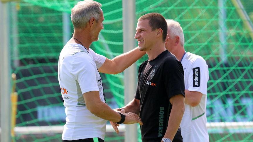 Gladbach-Trainer Adi Hütter (l.) begrüßt Rechtsverteidiger Stefan Lainer (r.) am 20. Juli 2021 im Trainingslager an der Klosterpforte.