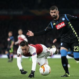 Elseid Hysaj im Zweikampf mit Mesut Özil