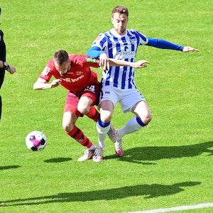 Fußball: Bundesliga, Hertha BSC - 1. FC Köln, 33. Spieltag im Olympiastadion. Lukas Klünter und Dominick Drexler kämpfen um den Ball