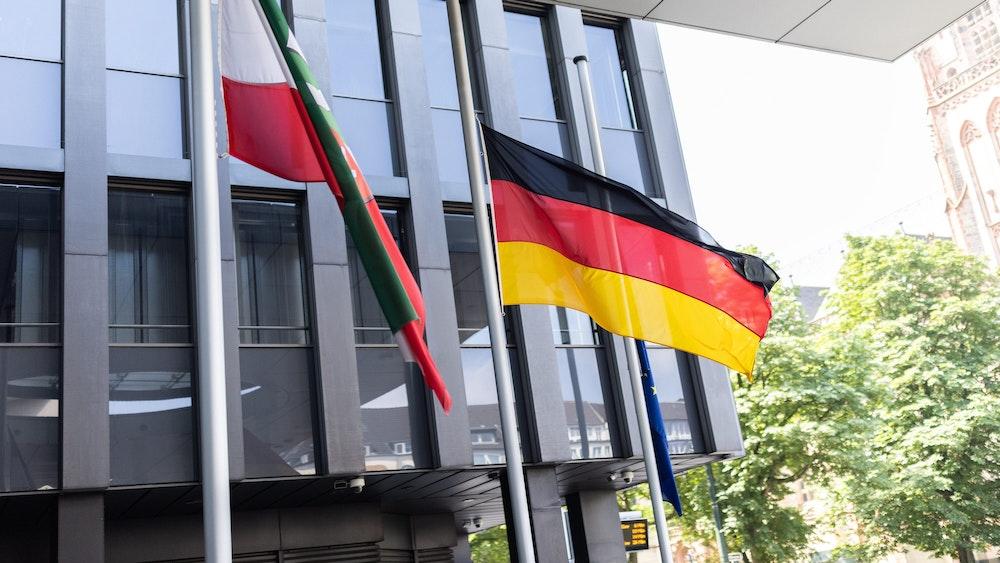 Am 17. Juli 2021 wehen vor einem Gebäude in Düsseldorf die Flaggen von Nordrhein-Westfalen, Deutschland und der EU auf Halbmast.