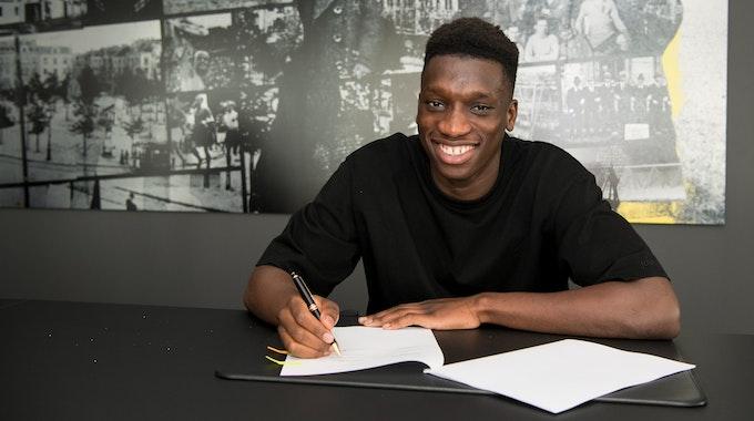 Abdoulaye Kamara unterschreibt seinen Vertrag beim BVB