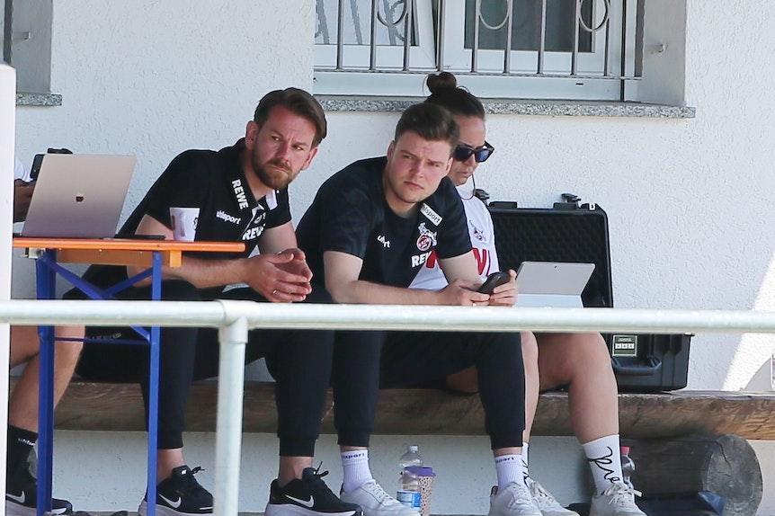 Thomas Kessler und Lukas Berg schauen sich das Trainingslager des 1. FC Köln an.