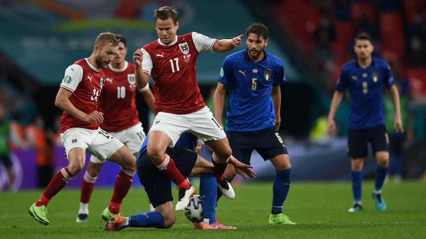 Louis Schaub spielt bei der EM für Italien gegen Österreich.
