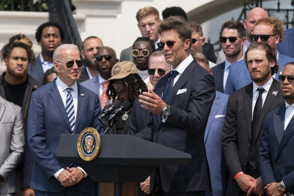 US-Präsident Joe Biden hört Quarterback Tom Brady zu