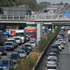 Fahrzeuge stehen auf der Autobahn 3 auf dem Kölner Ring im Stau.