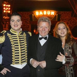 Gerd Siemoneit-Barum (M) steht in Northeim vor Beginn der letzten Vorstellung seines Circus Barum mit seinen Kindern Maximilian (l) und Rebecca im Zirkuszelt. Jetzt ist er tot.