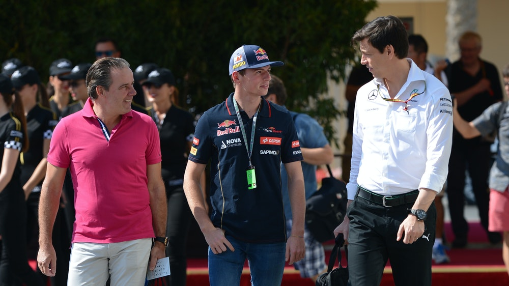 Toto Wolff (r.) mit Max (M.) und Jos Verstappen im Fahrerlager von Abu Dhabi im Jahr 2014.