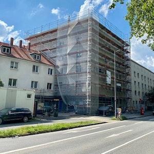Der Tatort ist ein mehrstöckiges Gebäude, welches eingerüstet ist.