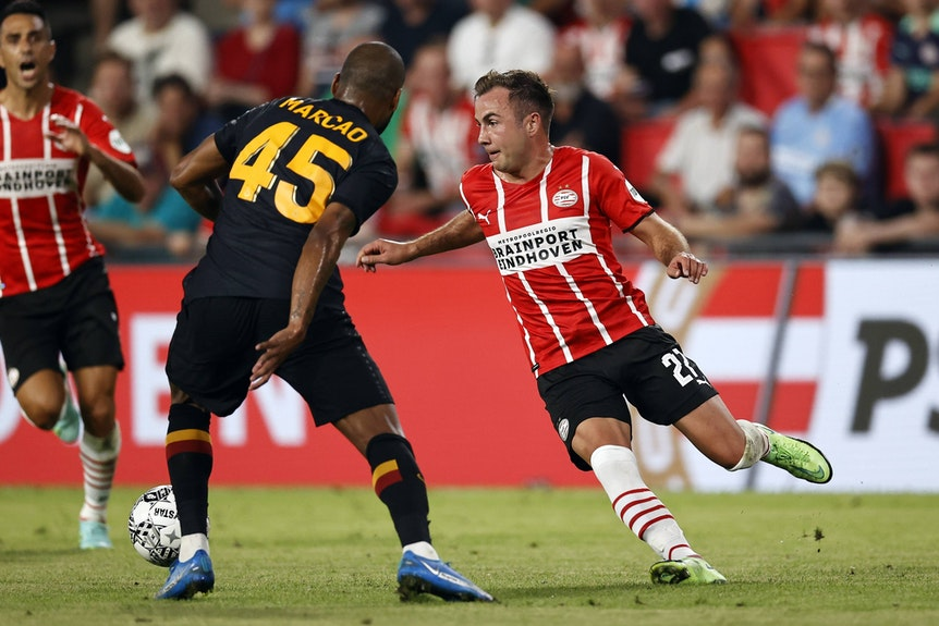 Mario Götze im Spiel gegen Galatasaray Istanbul am Ball
