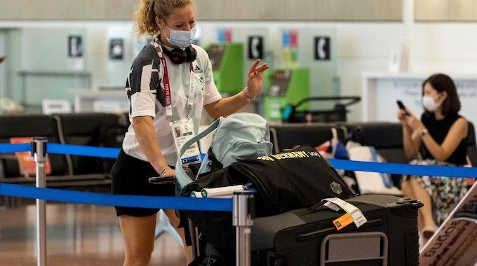 Laura Siegemund mit ihrem Gepäck am Flughafen von Tokio