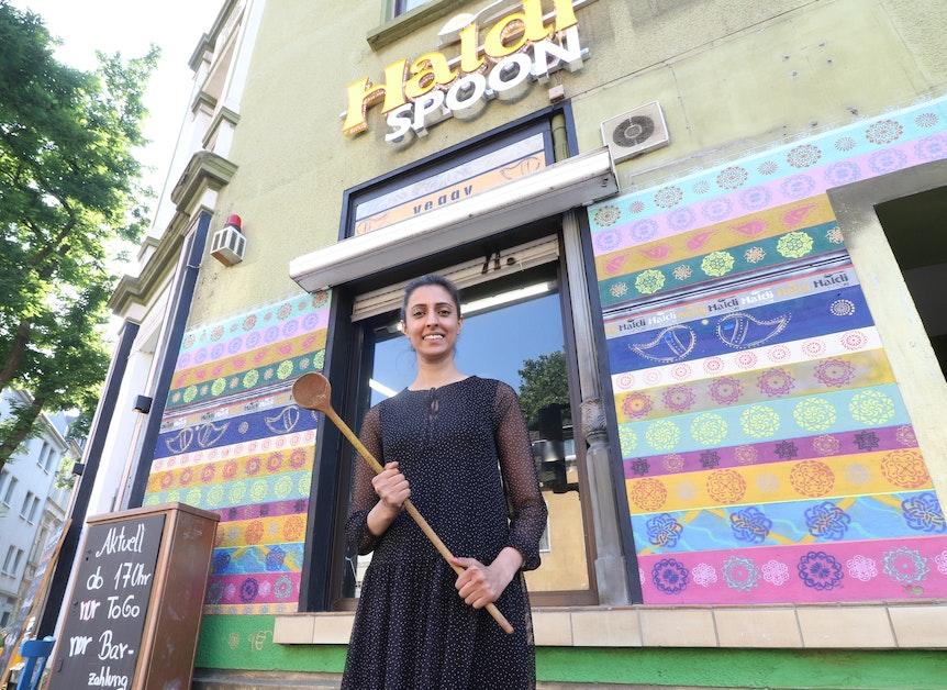 """Jessica Jawanda vor dem indischen Restaurant """"Haldi Spoon"""" in Köln-Mülheim."""