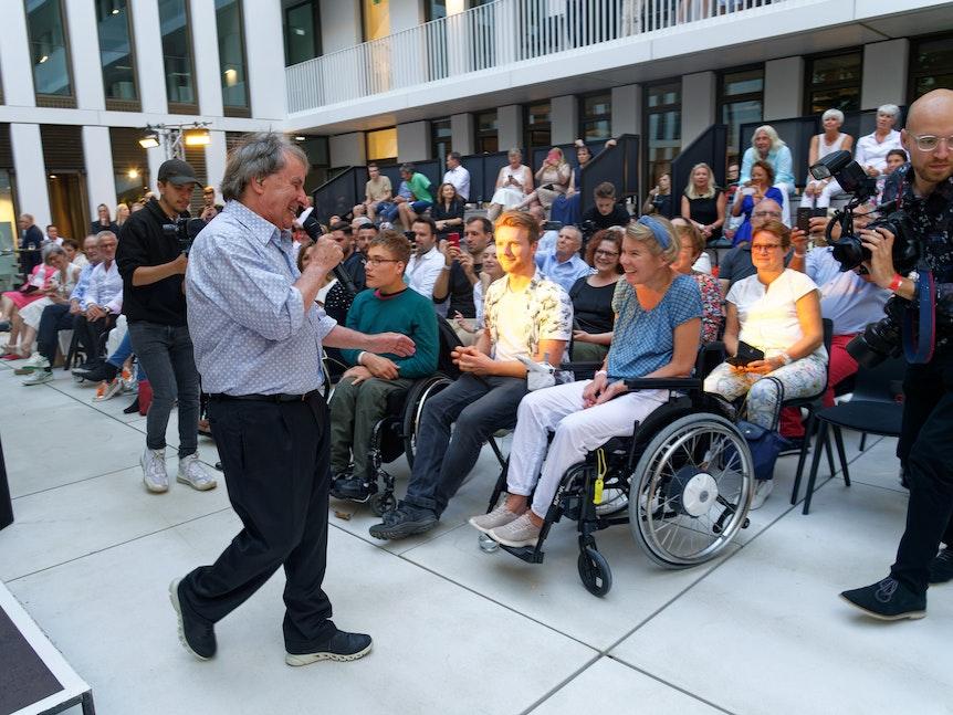 Chris de Burgh begrüßt sein Publikum beim Konzert in Köln.