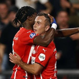 Mario Götze jubelt mit Teamkollege Noni Madueke über seinen Treffer