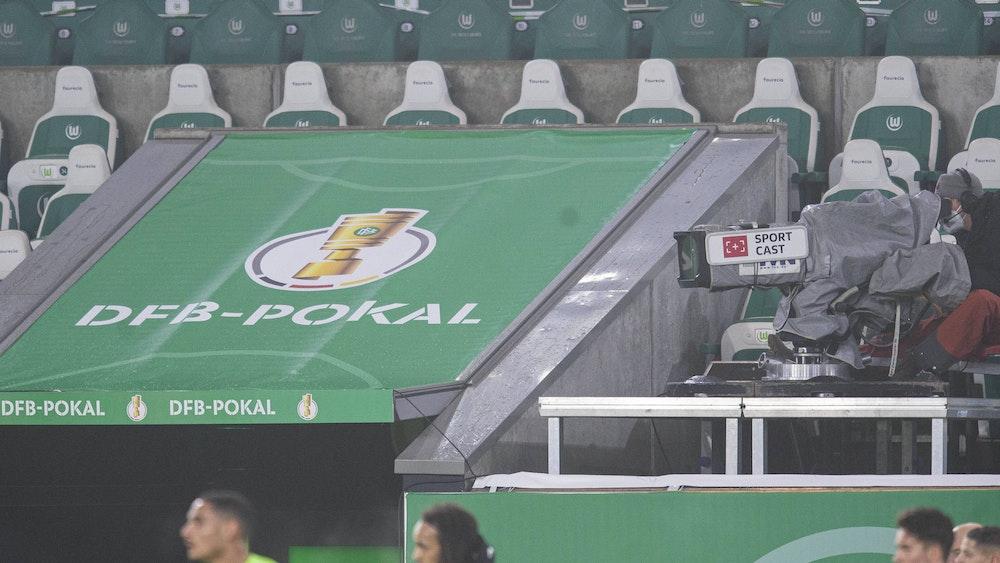 Eine TV-Kamera ist im DFB-Pokalspiel zwischen Wolfsburg und Schalke auf den Rasen gerichtet.