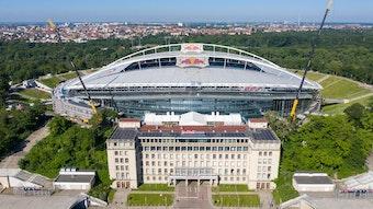 Das historische Hauptgebäude (vorn) im Stadion von RB Leipzig soll saniert werden.