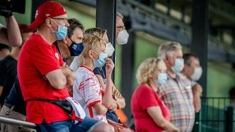 Fans beobachten RB Leipzigs Spieler beim oeffentlichen Training