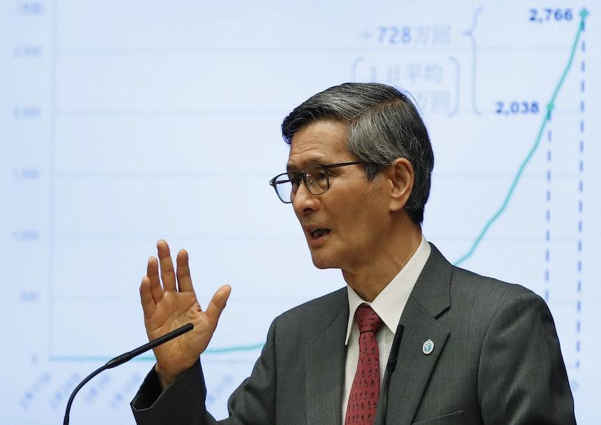 Shigeru Omi (Chef der COVID-19-Task-Force der japanischen Regierung) bei einer Rede.