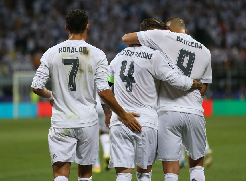 Real-Madrid-Profi Sergio Ramos jubelt mit Cristiano Ronaldo und Karim Benzema.