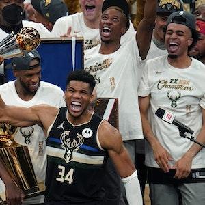 Giannis Antetokounmpo jubelt mit Trophäe über den NBA-Titel der Milwaukee Bucks.