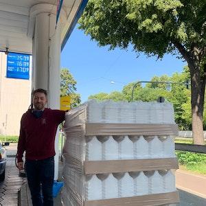 Der Kölner Tankstellen-Pächter Frank Jüttner sammelt Kanister für Flut-Opfer.