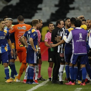 Spieler von Atlético Mineiro und Boca Juniors liefern sich am Spielfeldrand im Getümmel eine Diskussion.