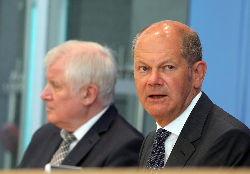 Olaf Scholz (SPD - r), Bundesfinanzminister, und Horst Seehofer (CSU), Bundesinnenminister, beantworten vor der Bundespressekonferenz Fragen von Journalisten zu den politischen Folgen der Hochwasserkatastrophe und zu Hochwasserhilfen des Bundes.