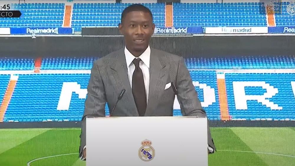 David Alaba steht bei seiner Vorstellung bei Real Madrid am Rednerpult.