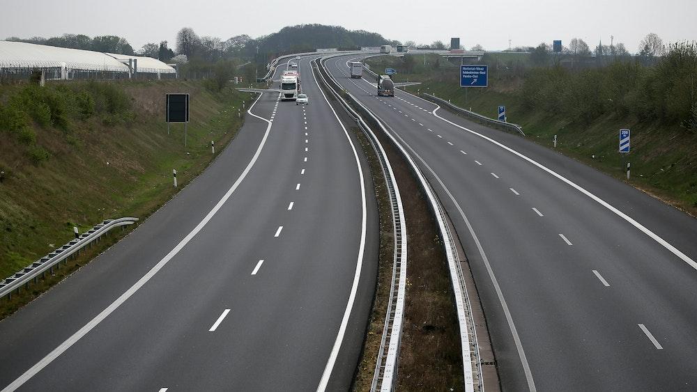 Das Symbolfoto zeigt die Autobahn A61 nahe der Grenze zu den Niederlangen.