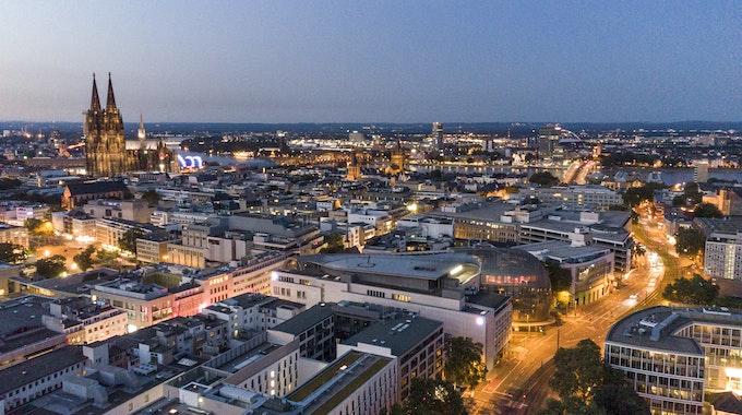 Sonnenuntergang an einem Sommerabend in Köln