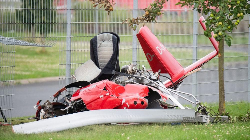 Ein zerstörter Tragschrauber liegt nach einem Absturz am Zaun eines Logistikzentrums in der Nähe des Hildesheimer Flugplatzes.