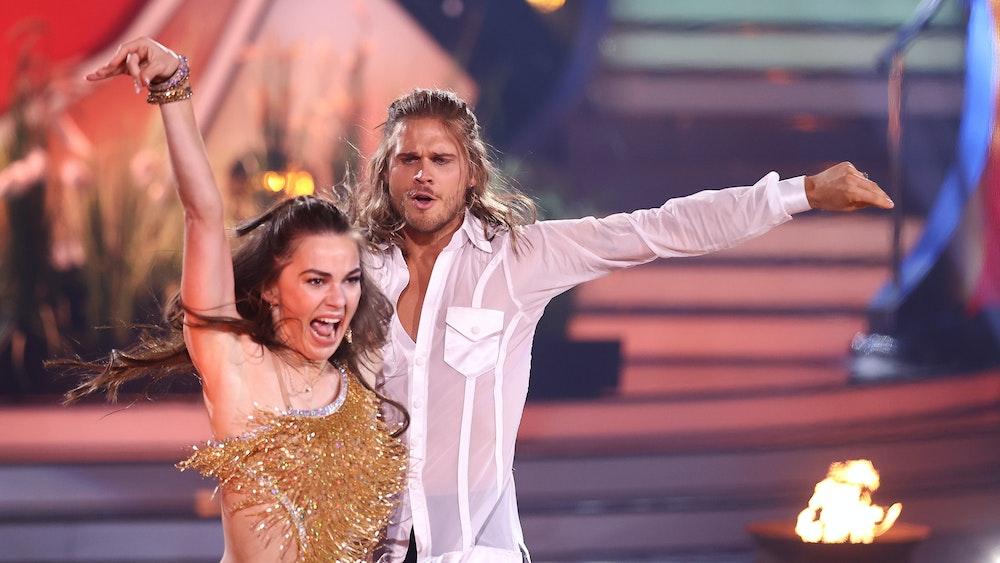 Rúrik Gíslason, Fußballspieler, und Renata Lusin, Profitänzerin, tanzen während der neunten RTL-Show von 'Let's Dance' zu 'Circle Of Life'. +++ dpa-Bildfunk +++; Rúrik Gíslason macht bei Grill den Henssler mit