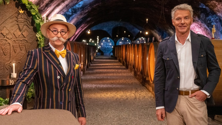 Horst Lichter und Jörg Pilawa in einem Weinkeller.