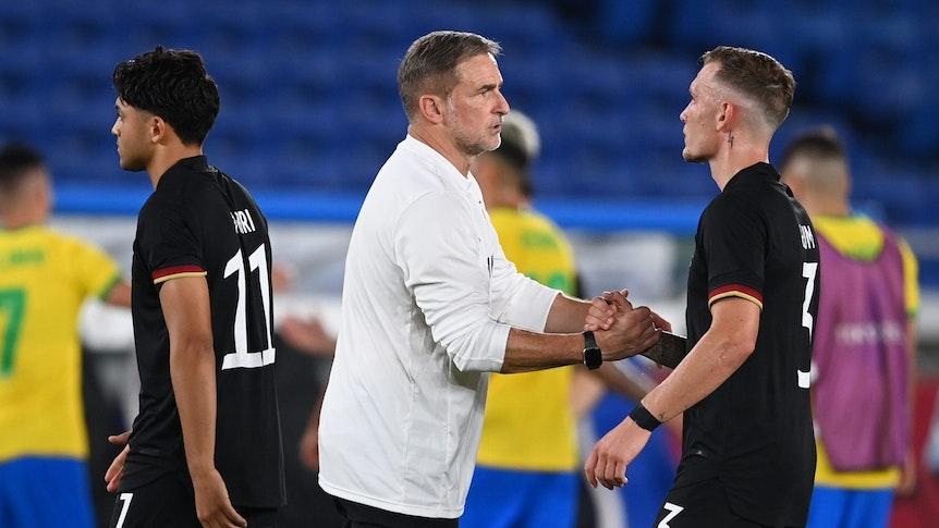Stefan Kuntz muntert David Raum nach Deutschlands Auftakt-Pleite bei Olympia auf.