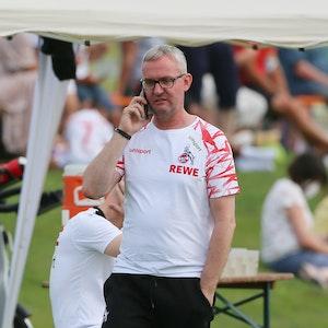 Alexander Wehrle telefoniert im Trainingslager des 1. FC Köln in Donaueschingen.