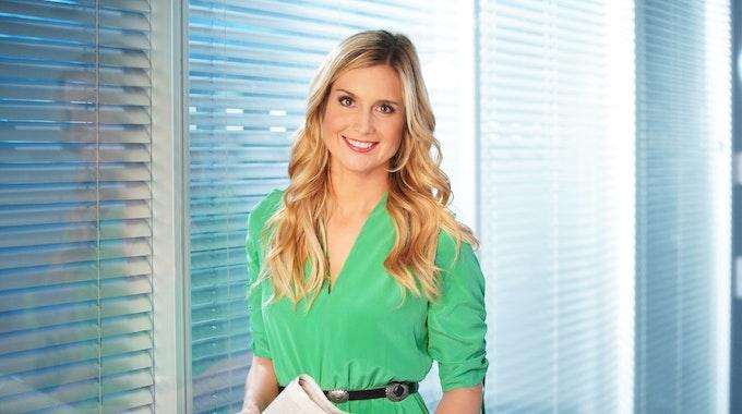 RTL-Reporterin Susanna Ohlen steht vor einem Fenster.