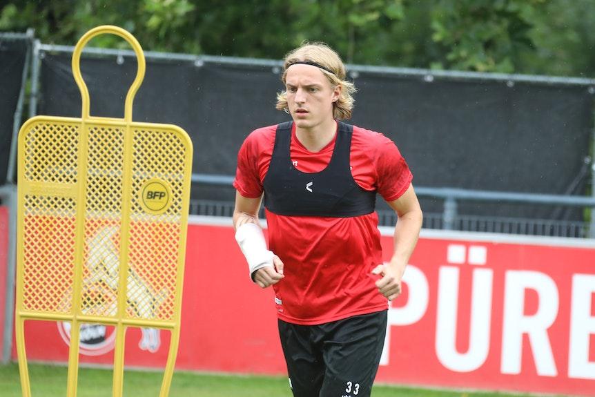 Sebastiaan Bornauw trainiert beim 1. FC Köln mit Handmanschette.