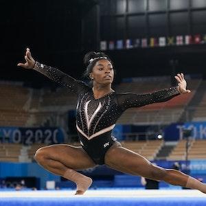 Rekord-Turnweltmeisterin Simone Biles aus den USA trainiert in Tokio vor den Olympischen Spielen ihre Bodenübungen.
